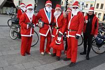 Parta cykloturistů z polského Godówa se smyslem pro humor přijíždí každým rokem na předvánoční trhy v Karviné, aby místním popřáli hezké Vánoce.