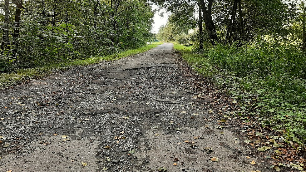 Karviná-Louky. Z původní obce zbylo torzo poté, co její velká část padla v 80. letech za oběť těžbě uhlí. Rozbitá silnice vedoucí na Kempy.