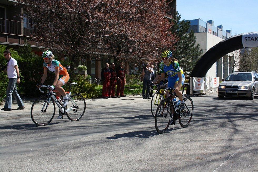 Cyklistky vyrazily na trať první etapy.