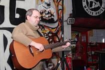 Na vernisáži výstavy zahrál i písničkář Jan Dospiva.