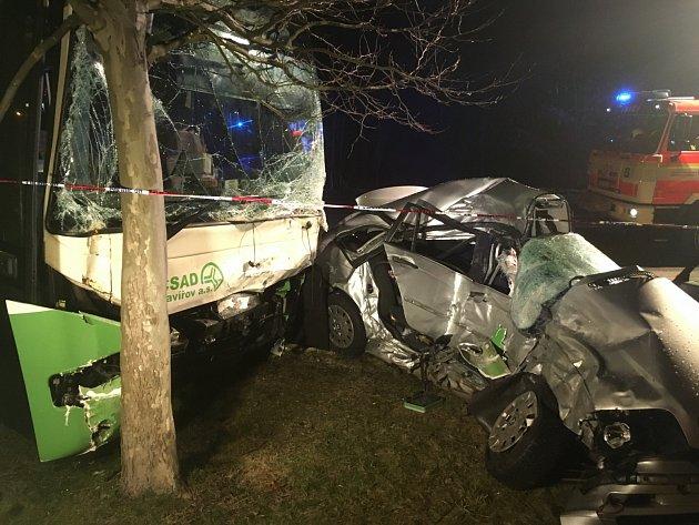 Tragická nehoda BMW s autobusem na Chrpové ulici v Havířově.