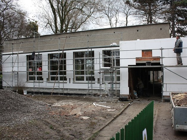 Dům PZKO ve Fryštáté prochází rekonstrukcí. Po dokončení v letos červnu bude budova větší, s moderní kuchyní a dalších zázemím.