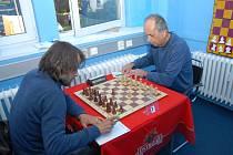 Petr Poloch (vpravo) zvítězil nad Martinem Burešem a měl tak velký podíl na vítězství Karviné.