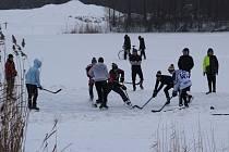 Díky silnému mrazu je jezero v Zámeckém parku v Karviné zamrzlé a plné bruslařů a malých hokejistů.