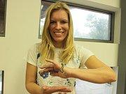 Nejslavnější had Česka současnosti, užovka obojková jménem Orlovka kauflandí, v náručí  kauflandí manažerky komunikace Ivany Dvořákové.