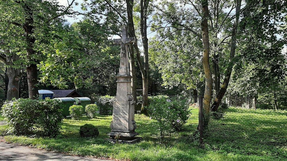 Prostřední Suchá. Kříž u katolického kostela.