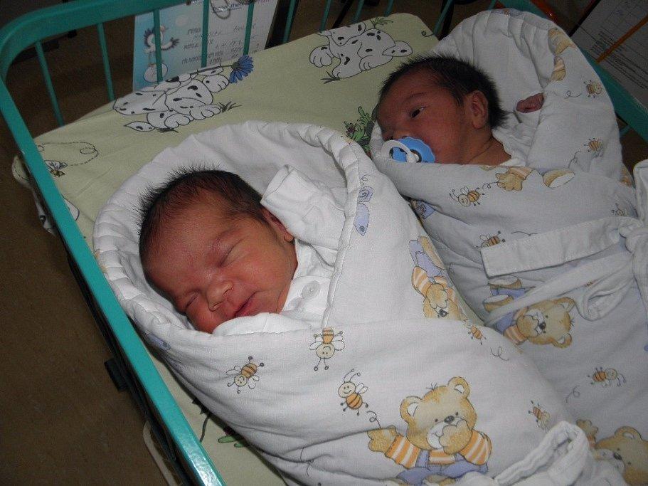 Dvojčátka Mareček a Mireček se narodila 4. října mamince Kateřině Molnárové z Petřvaldu. Po porodu malý Mareček vážil 3250 g a měřil 47 cm, jeho bráška vážil 3220 g a měřil 48 cm.