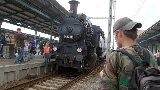 Největší atrakcí bývá jízda historickým parním vlakem.