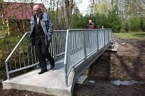 Nová lávka pro pěší přes Životický potok. Na snímku si mostek prohlíží náměstek primátora Ivan Bureš.
