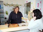 Bufetářka na ZŠ Cihelní v Karviné Jana Hrabinová prodává zeleninu a tmavé pečivo. A má prý často vyprodáno.