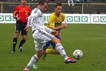Fotbalisté Karviné (v bílém Tomáš Hrtánek) už potřebují plně bodovat.
