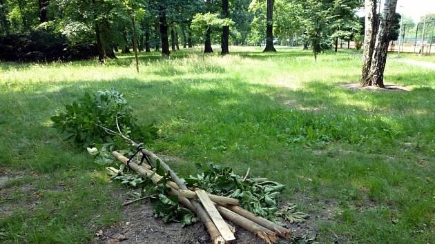 Následky vandalismu v parku. Archivní foto.