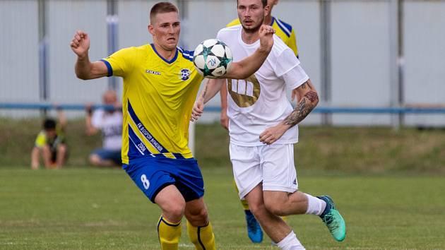 V pohárovém derby se radovali fotbalisté Dětmarovic. Utkání rozhodl gólem v prodloužení Daniel Řapek (vpravo).
