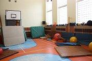 V ZŠ Gorkého řeší na začátku školního roku malér s havárií vody. Voda poškodila i tělocvičnu a její vybavení.