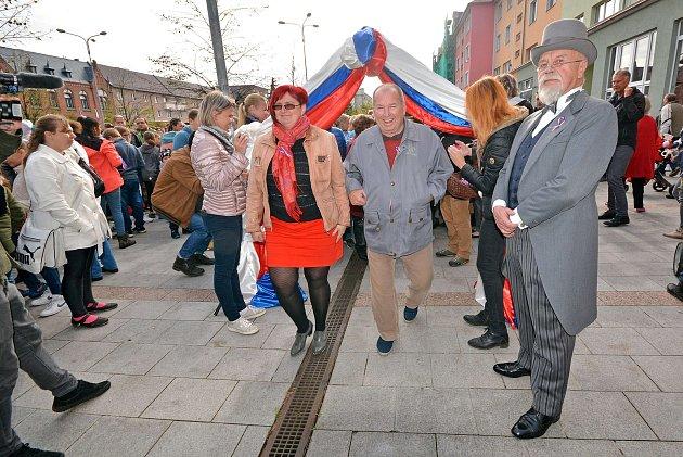 Nový český rekord vpočtu lidí najednom místě strikolorou vytvořili vpátek 26.října vBohumíně. Na náměstí T. G. Masaryka se jich upříležitosti oslav 100.výročí založení republiky sešlo přesně 2303.
