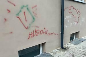 Takového malůvky se objevily na nové fasádě budovy polského gymnázia v Českém Těšíně. Jejich autory hledá policie.