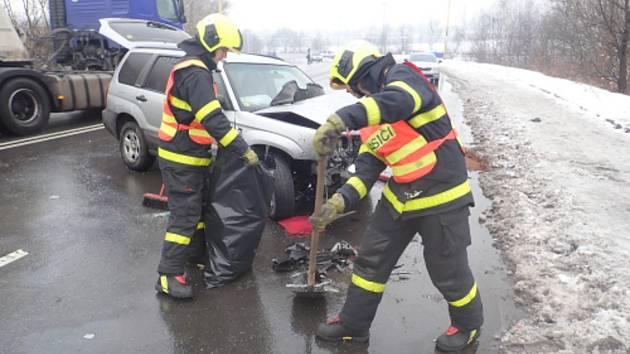 Zásah hasičů u dopravní nehody dvou osobních vozidel ve Vodní ulici v Havířově.