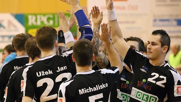 Karvinští házenkáři (v černém) porazili doma Brno.
