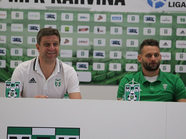 Důvod k úsměvu? Trenér Josef Mucha (vlevo) a kapitán Karviné Pavel Eismann na tiskové konferenci před startem jarní části.