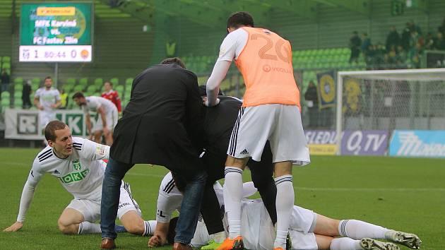 Karvinští se radují z gólu do sítě Zlína. S nimi i trenér František Straka (zády v černém).