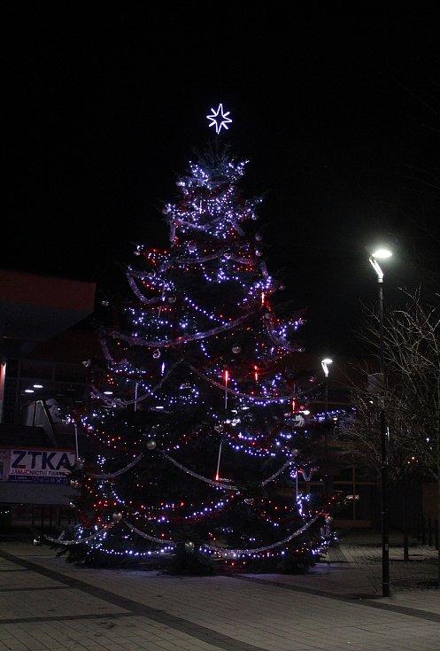 Vánoční výzdoba v Karviné. Vánoční strom u kina Centrum.