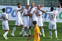 Karvinští fotbalisté (v bílém) porazili doma Duklu a mají už sedm bodů.
