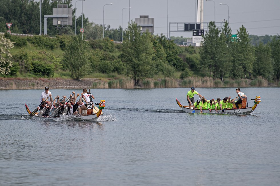 Závody dračích lodí na Vrbickém jezeře, 5. června 2021.