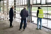V hale teď pracují stavbaři.
