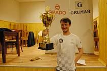 Vítěz turnaje Alexej Kislinsky s putovním pohárem.