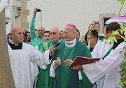 Ostravsko-opavský Biskup František Lobkowicz vysvětil v neděli před polednem nové znovy, které budou odbíjet ve věži fryštátského kostela.