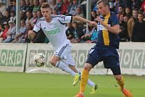 Bez Václava Juřeny (v bílém) vycestovali do Sezimova Ústí fotbalisté Karviné.