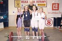 Družstvo juniorek z Horní Suché. Zleva Dagmar Barnošáková , Markéta Bijoková, trenér Pavel Khek, Nikola Satmaryová a Vendula Šafratová.