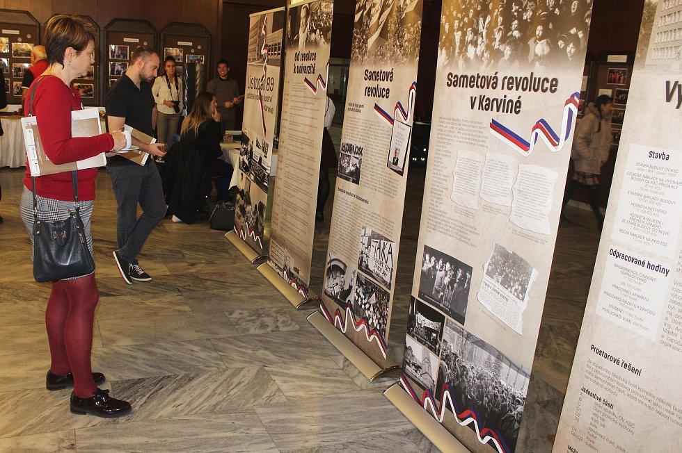 Výstava Listopad 89 - počátky vysokého školství v Karviné, potrvá do 20. ledna 2020.
