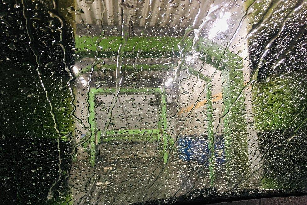Před avizovaným uzavřením myček (s výjimkou těch bez obsluhy) se řada řidičů vydala umýt svá vozidla.