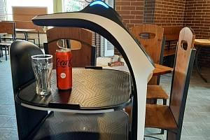 V orlovské restauraci Silvie obsluhuje hosty robot. Srpen 2021.