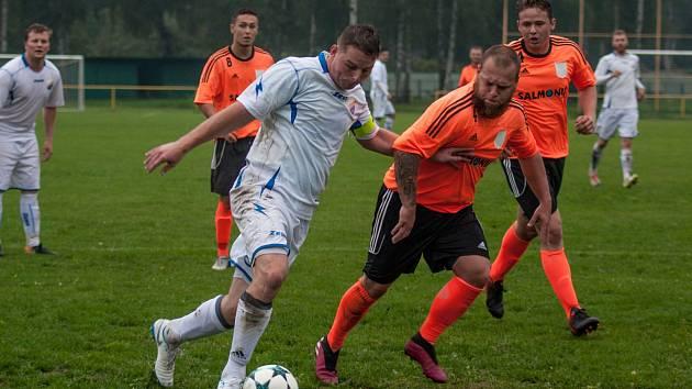 V okresním derby vyhráli fotbalisté Petřvaldu (v bílém) nad béčkem Petrovic.
