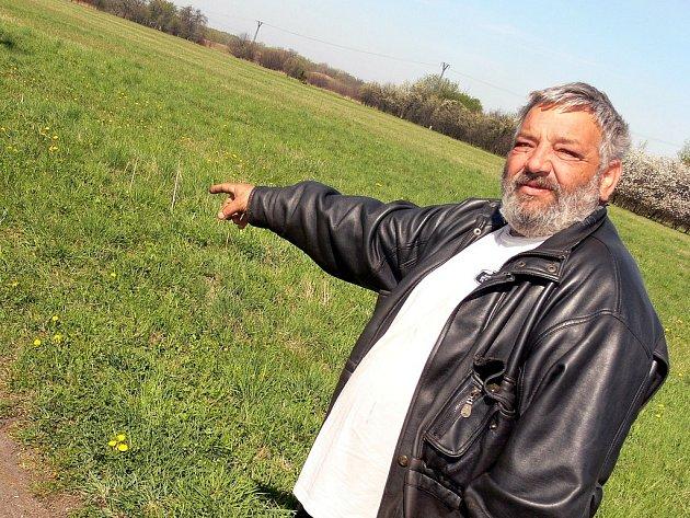 Štefan Tulej ukazuje místo, kde stála felicie se zastřeleným mužem.
