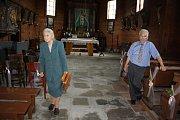 Dřevěný římskokatolický kostel sv. Petra a Pavla v Albrechticích si v neděli mohli prohlédnout lidé v rámci tamní poutě.