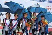 Nejlepší tým Gracie - Team Specialized - zaimprovizoval v parném počasí s cenami, kterými byly mimo jiné deštníky.