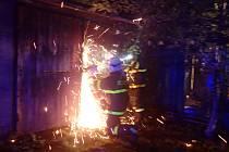 Při požáru v řadové garáži v Českém Těšíně shořelo osobní auto a oheň poškodil i další tři garáže