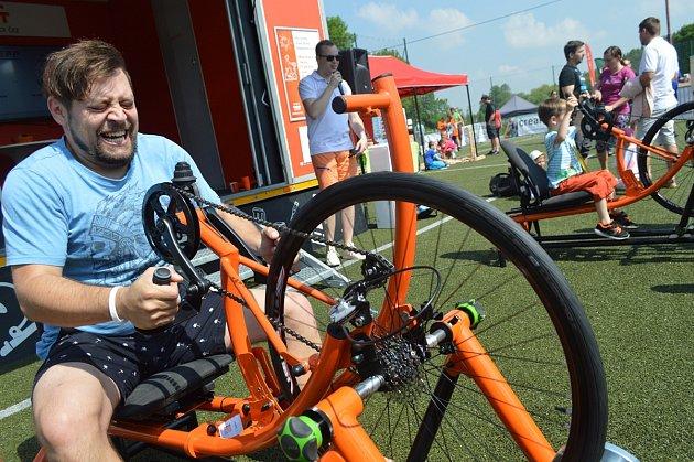 Také letos se bude šlapat na Oranžovém kole. Tentokrát však na handbiku a rukama.