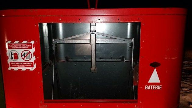 Třináctiletého chlapce vytáhli vnoci na úterý profesionální hasiči zBohumína zprázdného kovového kontejneru na elektroodpad.