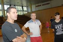 Nový trenér házenkářů Daniel Michajlík (vlevo) povede mužstvo společně s Martinem Kostelníkem (uprostřed).