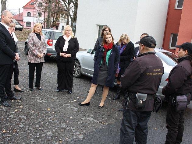 Ministerští úředníci navštívili vyloučené lokality na Karvinsku.