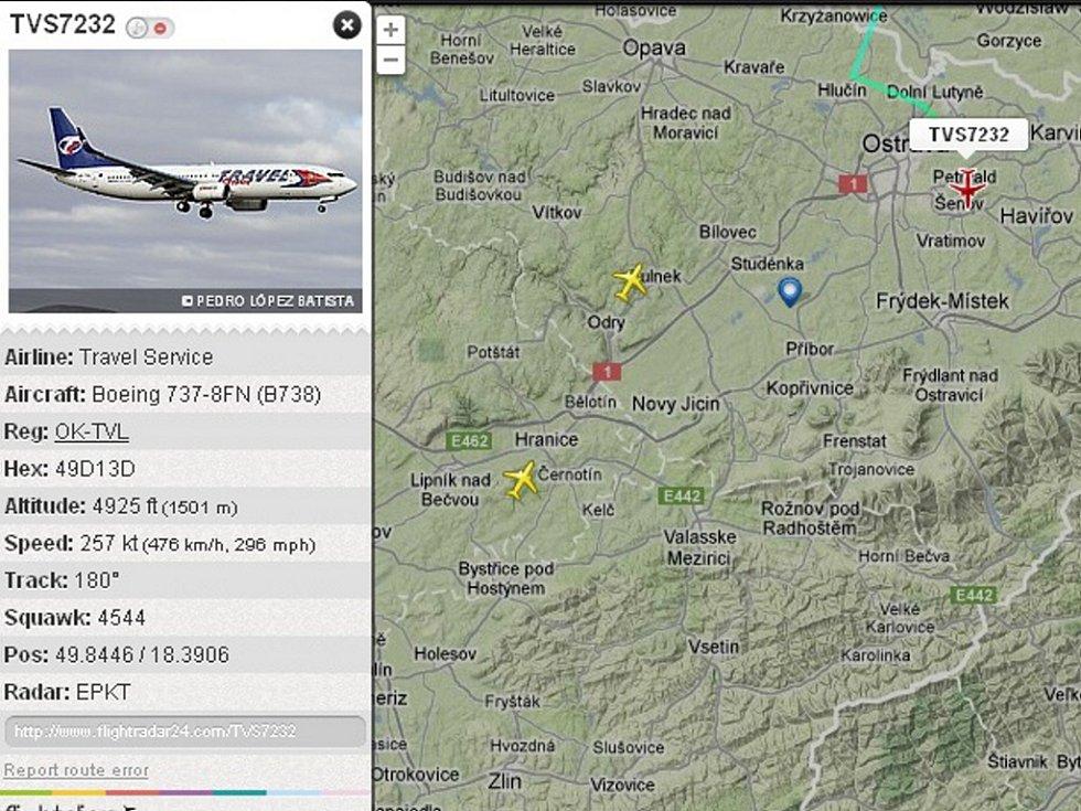 Snímek z radaru zachycuje Boeing 737-800 OK-TVL Travel Service (červeně označená ikonka) krátce před mezipřistáním v Mošnově ve středu 9. 5. 2012 cestou z Polska.