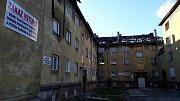 Celých 11 vchodů velkého bytového domu v Karviné-Novém Městě půjde k zemi. Dům v majetku města dlouhodobě ničili bývalí nájemníci.