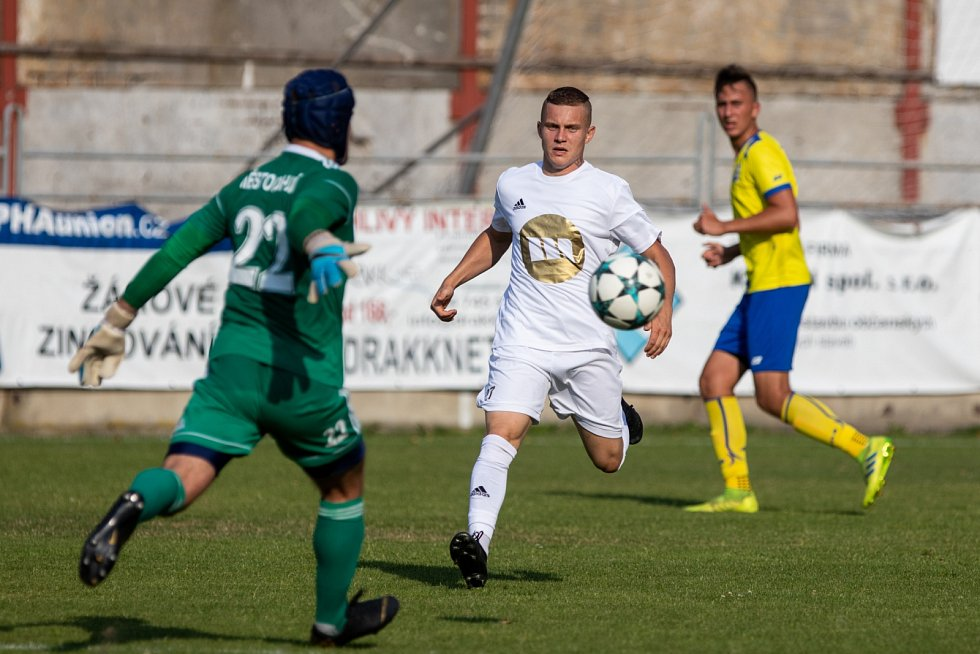 V pohárovém derby se radovali fotbalisté Dětmarovic (v bílém), kteří porazili sousední Bohumín až po prodloužení.