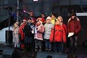 Rozlévání vánoční polévky Armádou spásy a náměstkem primátora Danielem Vachtarčíkem. Vystoupení dětí.