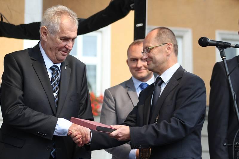 Prezident Miloš Zeman při návštěvě Českého Těšína, září 2017, z pódia mluvil k lidem na náměstí.