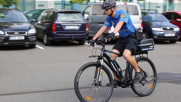 Cyklohlídky havířovské městské policie využívají nová elektrokola.